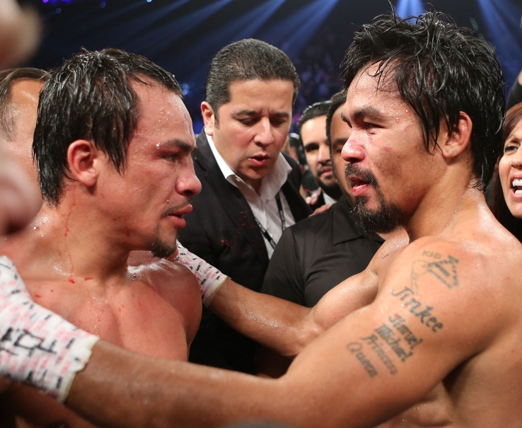 Una vez recuperado, Manny Pacquiao felicita a Juan Manuel Márquez por su victoria (Foto de boxingnews24.com)
