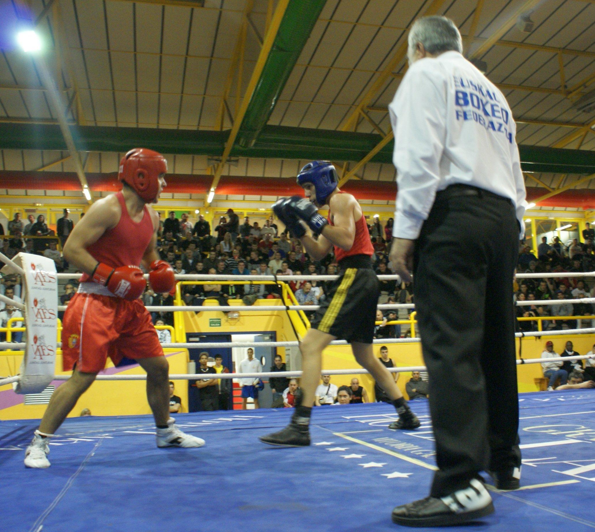 Combate de boxeo amateur en el polideportivo Txurdinaga de Bilbao 5