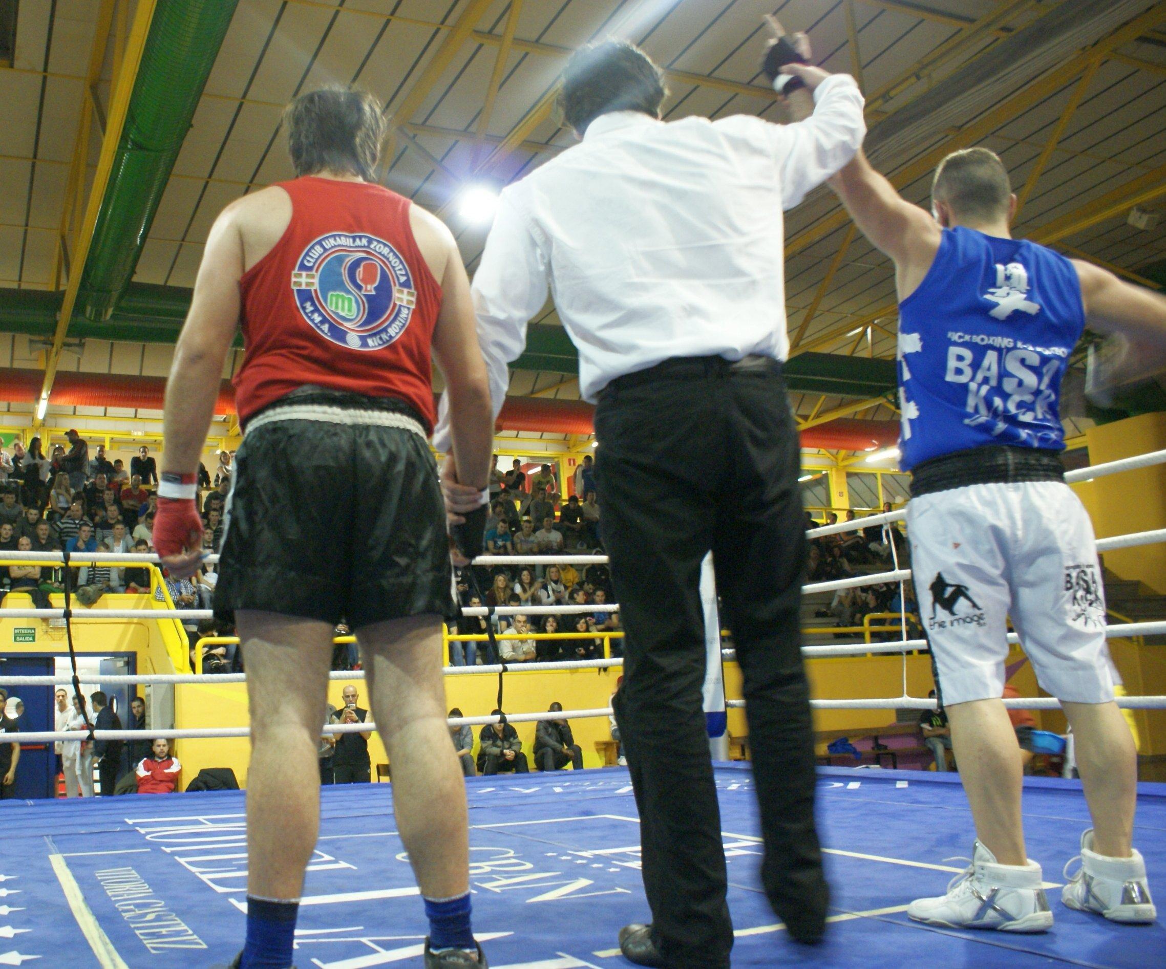 Combate de boxeo amateur en el polideportivo Txurdinaga de Bilbao