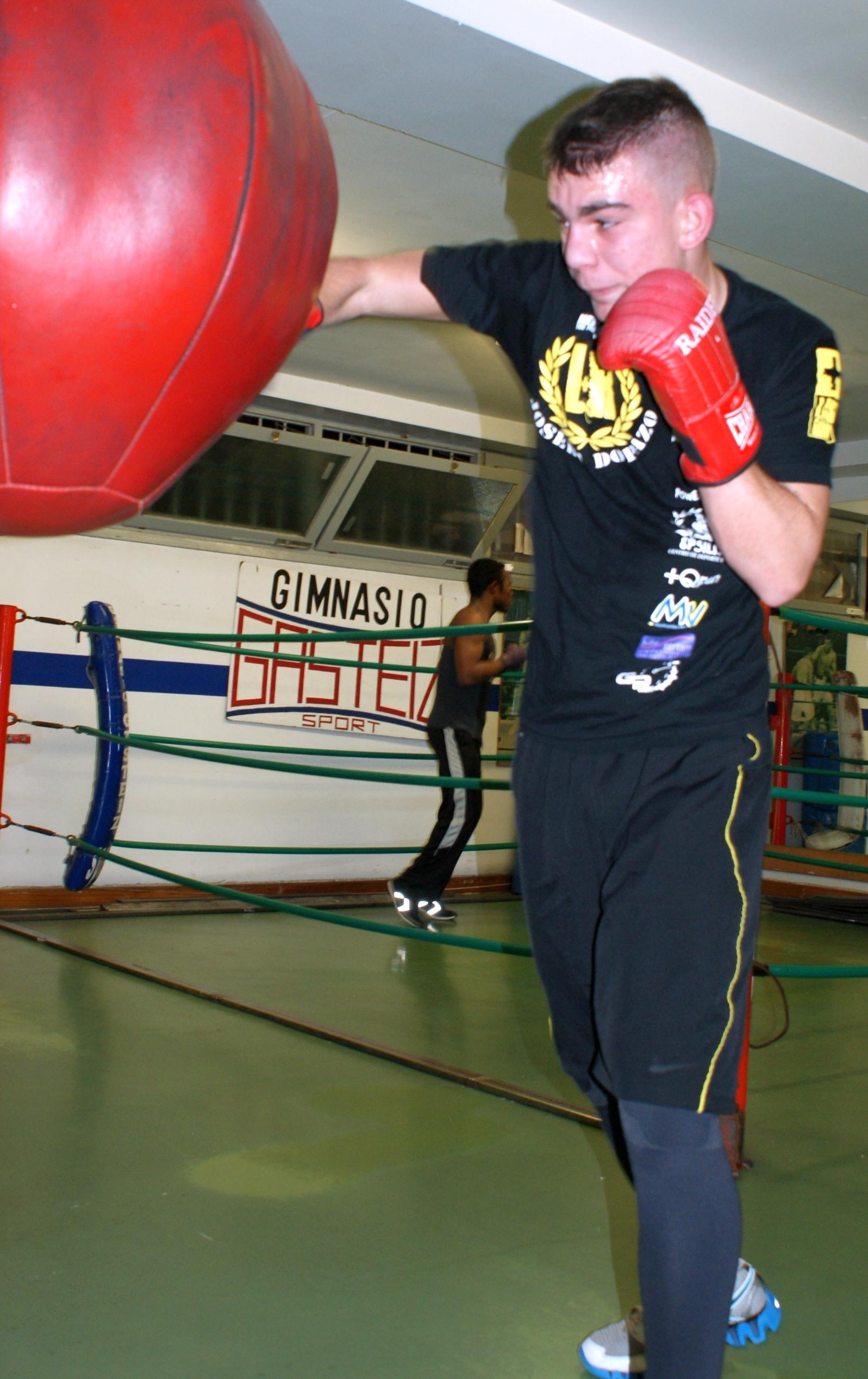 El boxeador Jon Fernández entrena con la pera