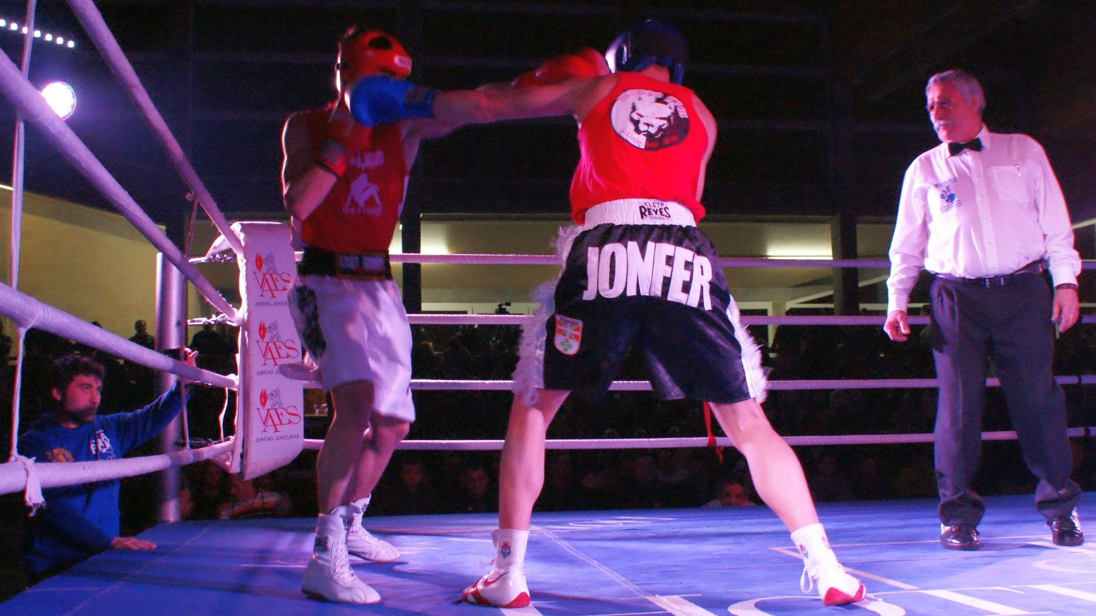 El boxeador Jon Fernández ataca a su rival en los campeonatos de Bizkaia en Zamudio
