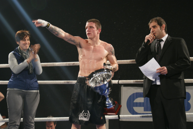 El boxeador Kerman Lejarraga sostiene un trofeo recién conquistado