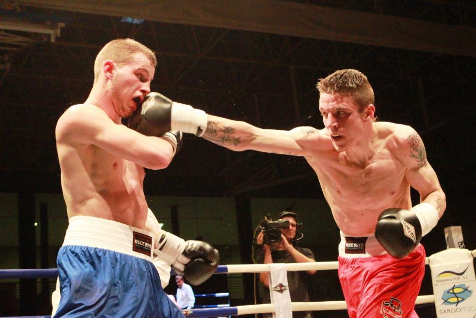 Boxeo, Euskadi: Kerman Lejarraja emplea su derecha ante Sukhanov en el combate de Adeje. Ambos protagonizaron el mejor combate de la noche. Y, lo que es más importante, dieron inicio a una buena amistad fuera de las cuerdas.