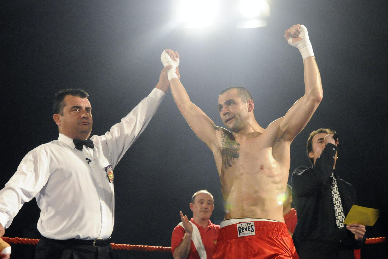 El boxeador profesional de Vitoria gasteiz, Israel Carrillo, es proclamado vencedor tras uno de sus combates