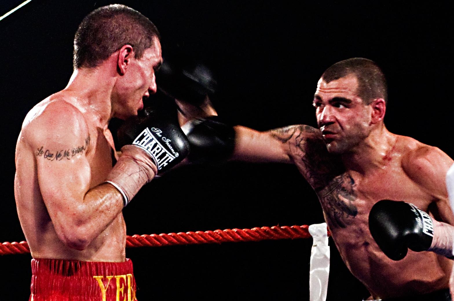 El boxeador profesional Israel carrillo lanza una derecha a José Yebes