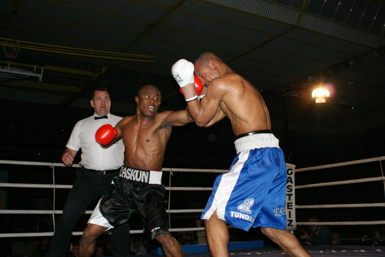 El boxeador profesional Nacho Mendoza ataca a Alex Bone en Vitoria Gasteiz