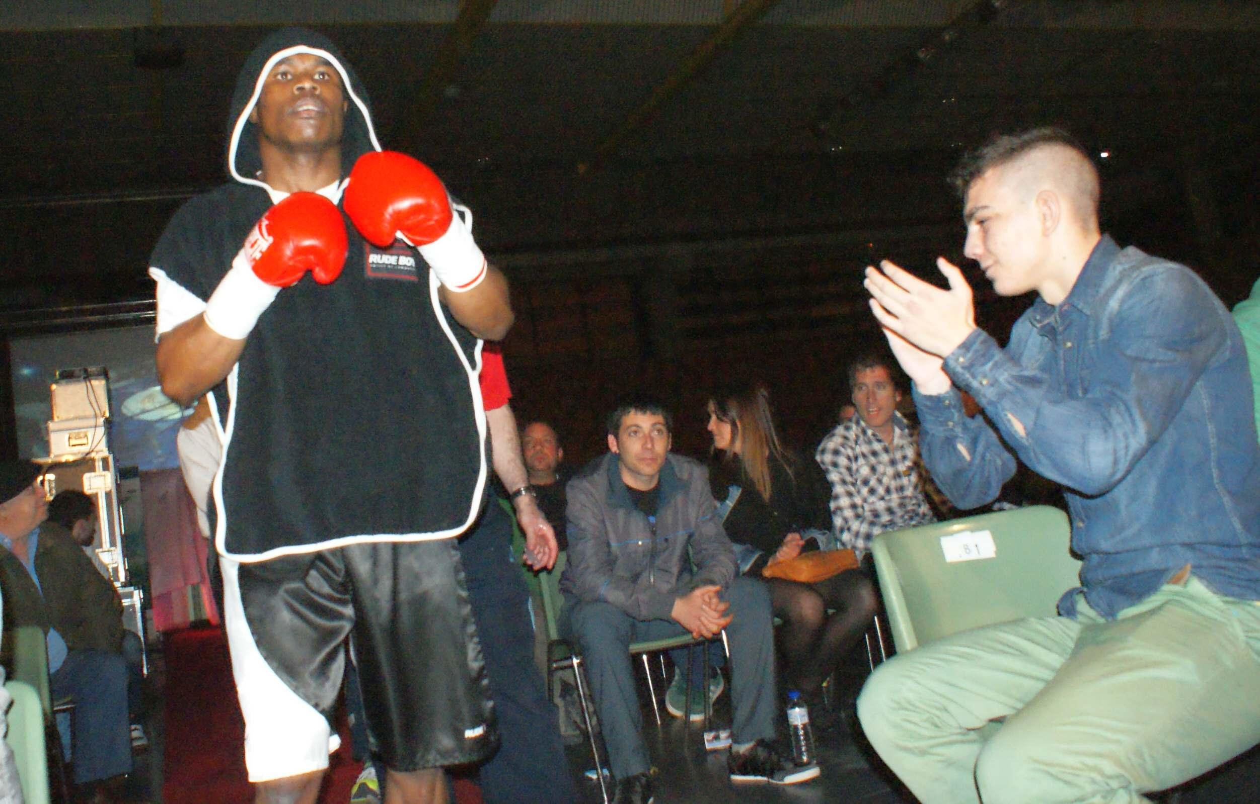 Boxeo profesional en Vitoria Gasteiz: Nacho Mendoza sale al ring entre aplausos.
