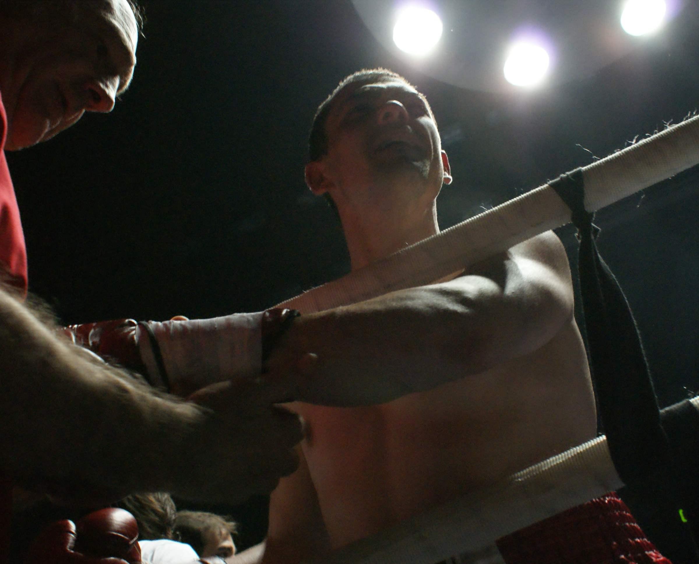 El boxeador profesional Andoni Gago aguarda que le quiten las vendas tras un combate en Bilbao