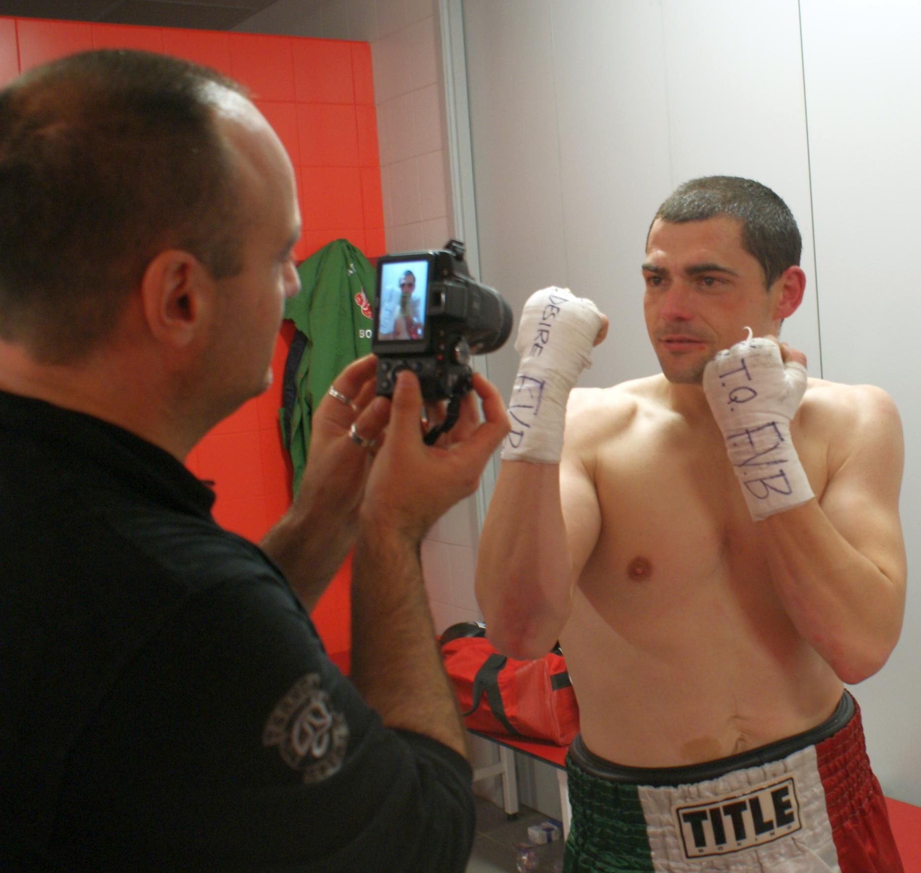 El boxeador profesional Andoni gago posa para el fotógrafo tras una victoria en Bilbao