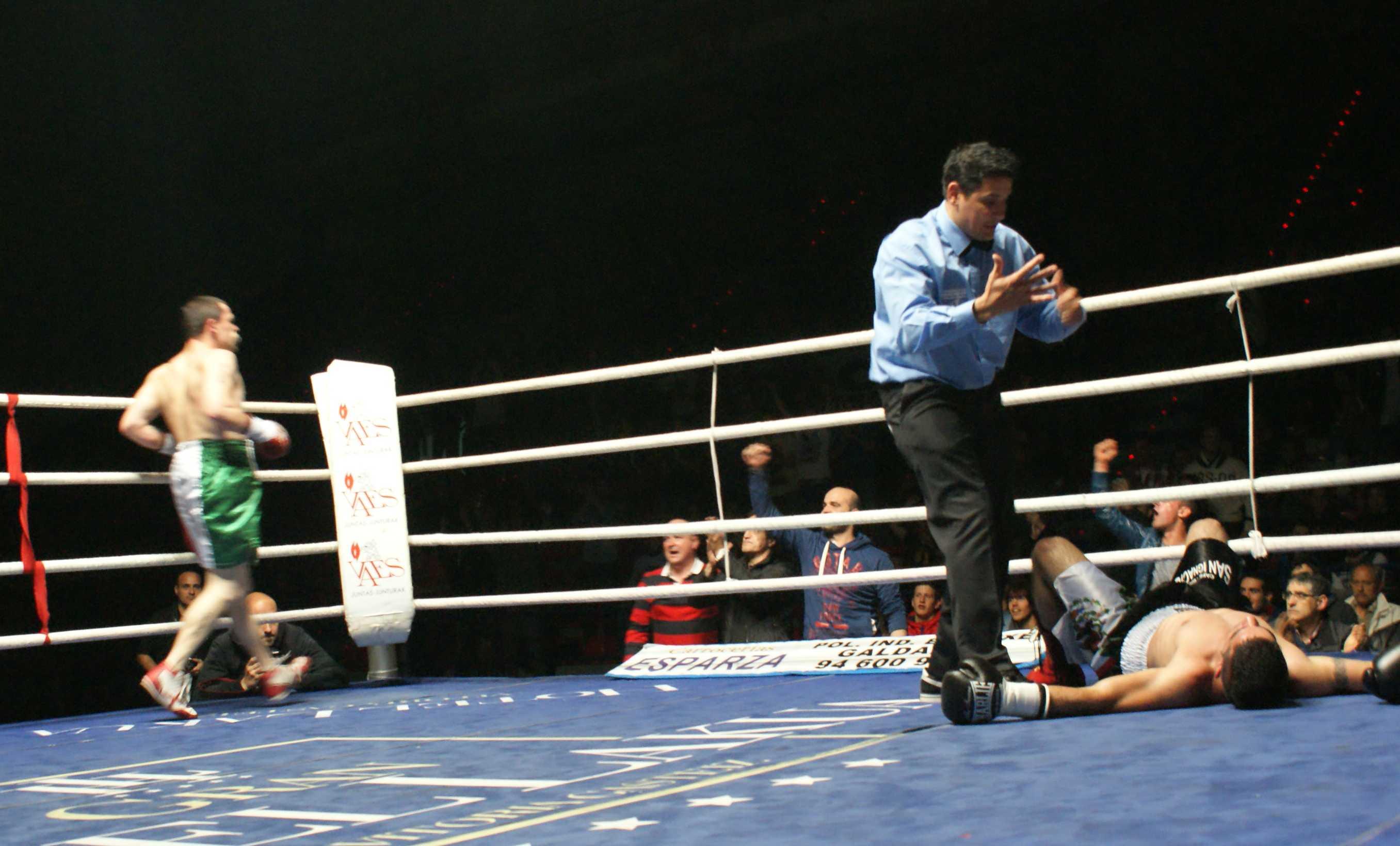 Boxeo profesional: Andoni Gago celebra el resultado de un serie de manos certeras en el tercer asalto. Daniel Bueno, muy fuerte y ofensivo hasta el momento, se recuperó pero no pudo seguir el pleito