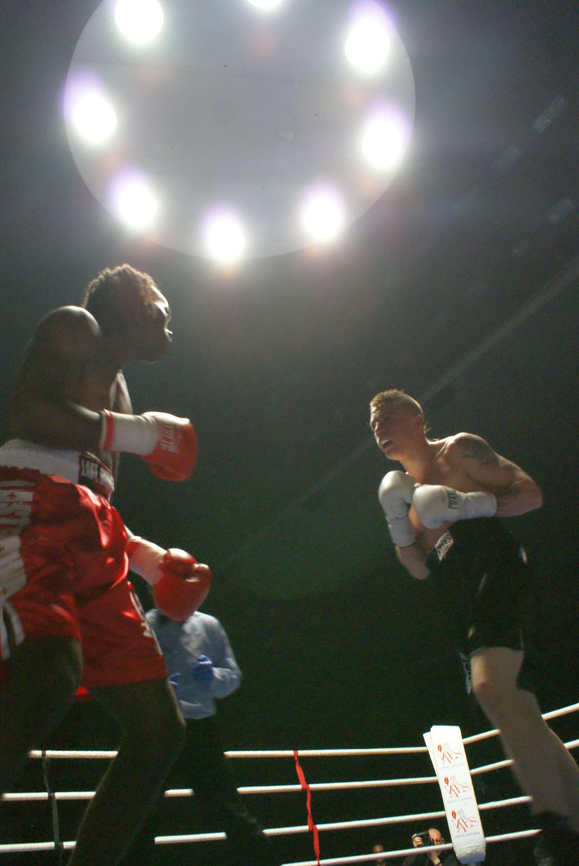 El momento esperado: el debut en el boxeo profesional de Kerman Lejarraga. Jair Cortez nom lo pondrá fácil, es un buen boxeador que sabe que no tiene que quedarse al intercambio de golpes con el de Morga. Se desplaza bien y saca manos peligrosas. Lejarraga ataca desde el sonido de la campana.