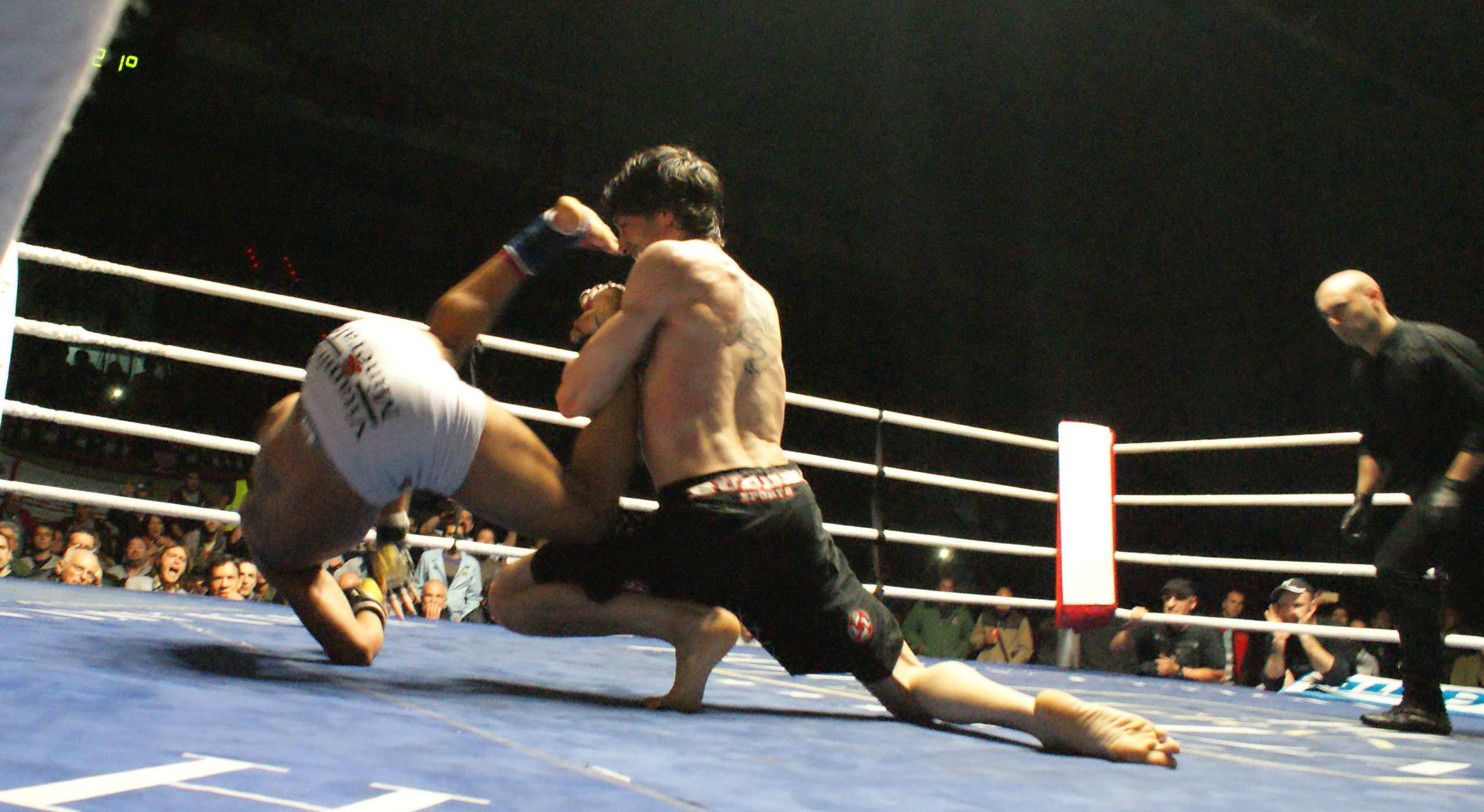MMA: Aratz Garmendia voltea a Wesley de Jesús el pasado mes de mayo en La Casilla, Bilbao.