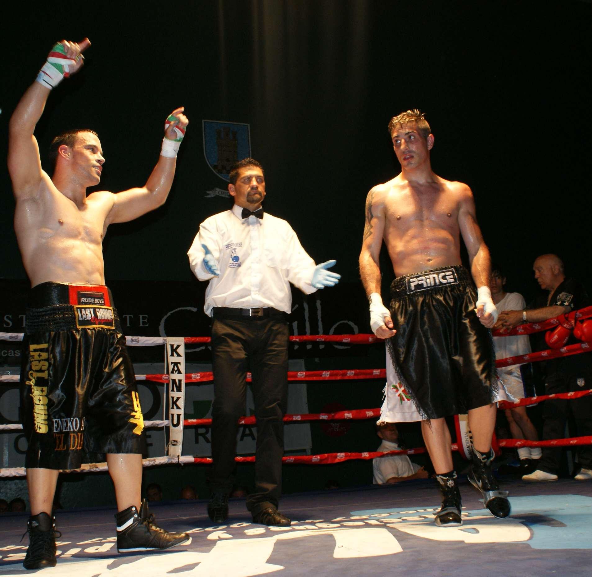 Boxeo: Eneko Alonso y Prince, una pelea igualada entre dos buenos boxeadores que hizo disfrutar al público y que los jueces estimaron favorable al de Txerra Box