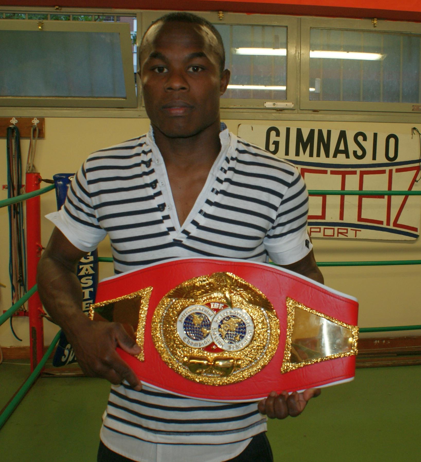 Boxeo: Nacho Mendoza, con el cinturón de Campeón Intercontinental de la IBF en el Gasteiz Sport