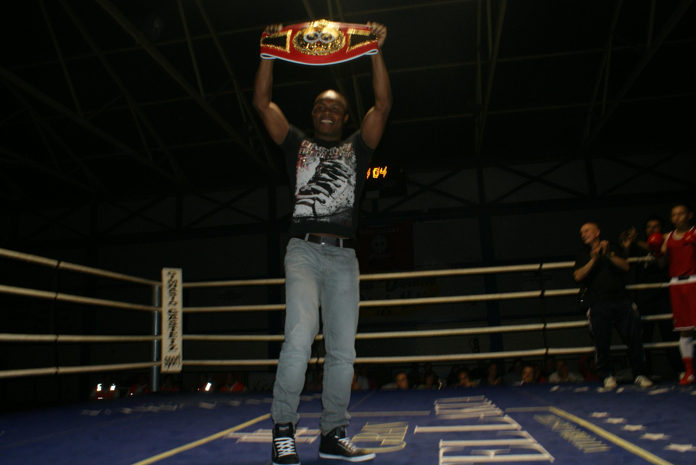 El boxeador profesional Nacho Mendoza muestra su cinturón de campeón intercontinental de la IBF en Miranda de Ebro