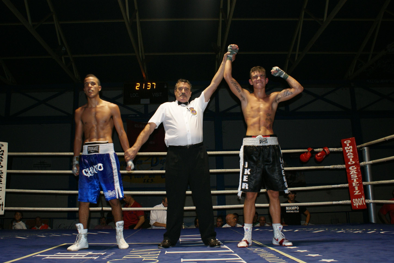El boxeador Jon fernández celebra su victoria ante Chimo Eddine en Miranda de Ebro
