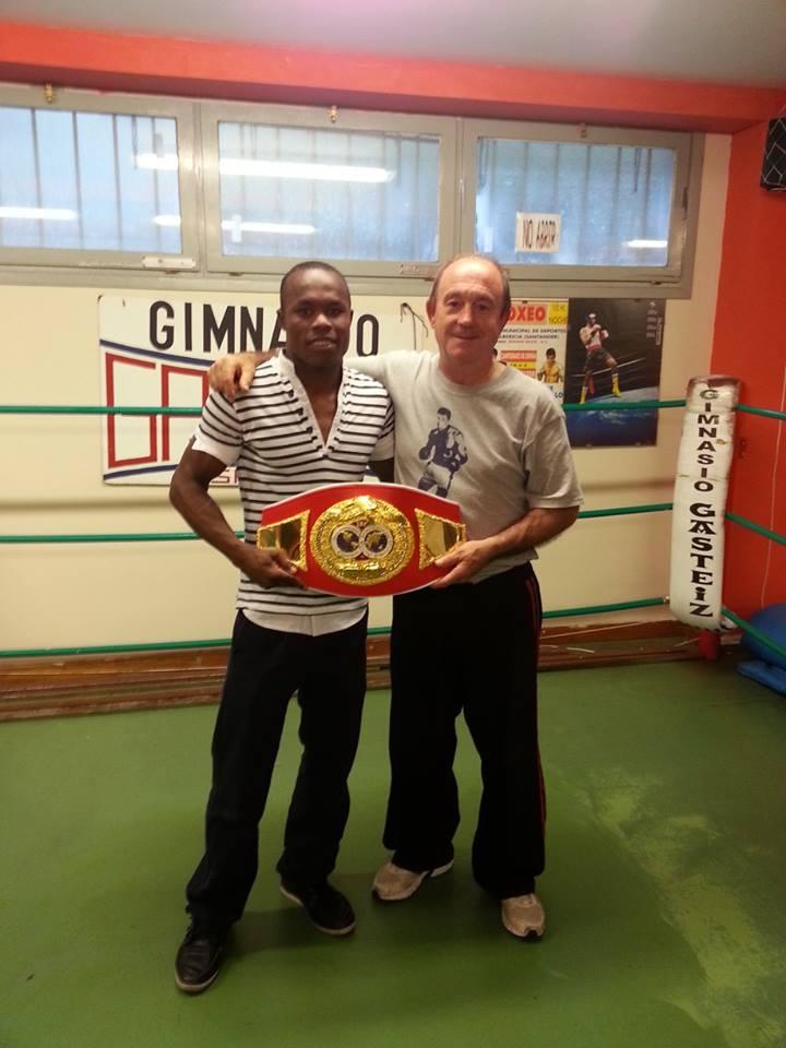 Nacho Mendoza posa en el gimnasio en el que entrena en Vitoria-Gasteiz junto a su preparador, el vizcaíno José Luis Celaya