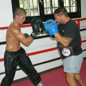 El boxeador profesional Antonio Benítez en pleno entrenamiento junto a Pedro Antonio Carrasco en el gimnasio