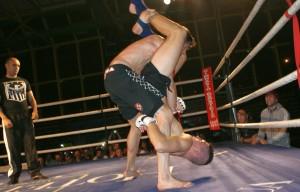 El luchador de MMA Aratz garmendia trata de zafarse de la llave de Joel Hernández