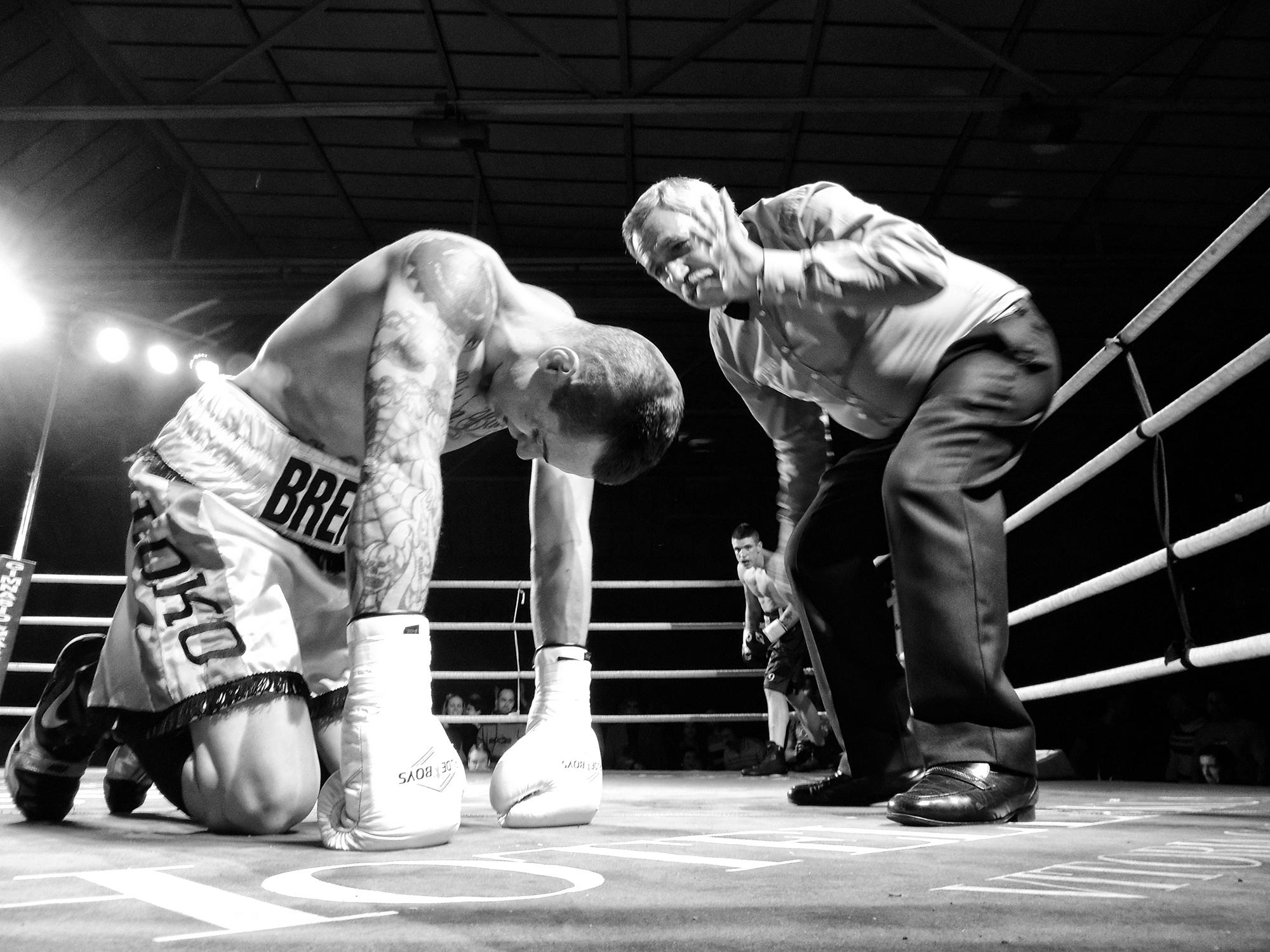 El boxeador profesional Ignasi Caballero recibe la primera cuenta en su combate contra Kerman Lejarraga en Bilbao