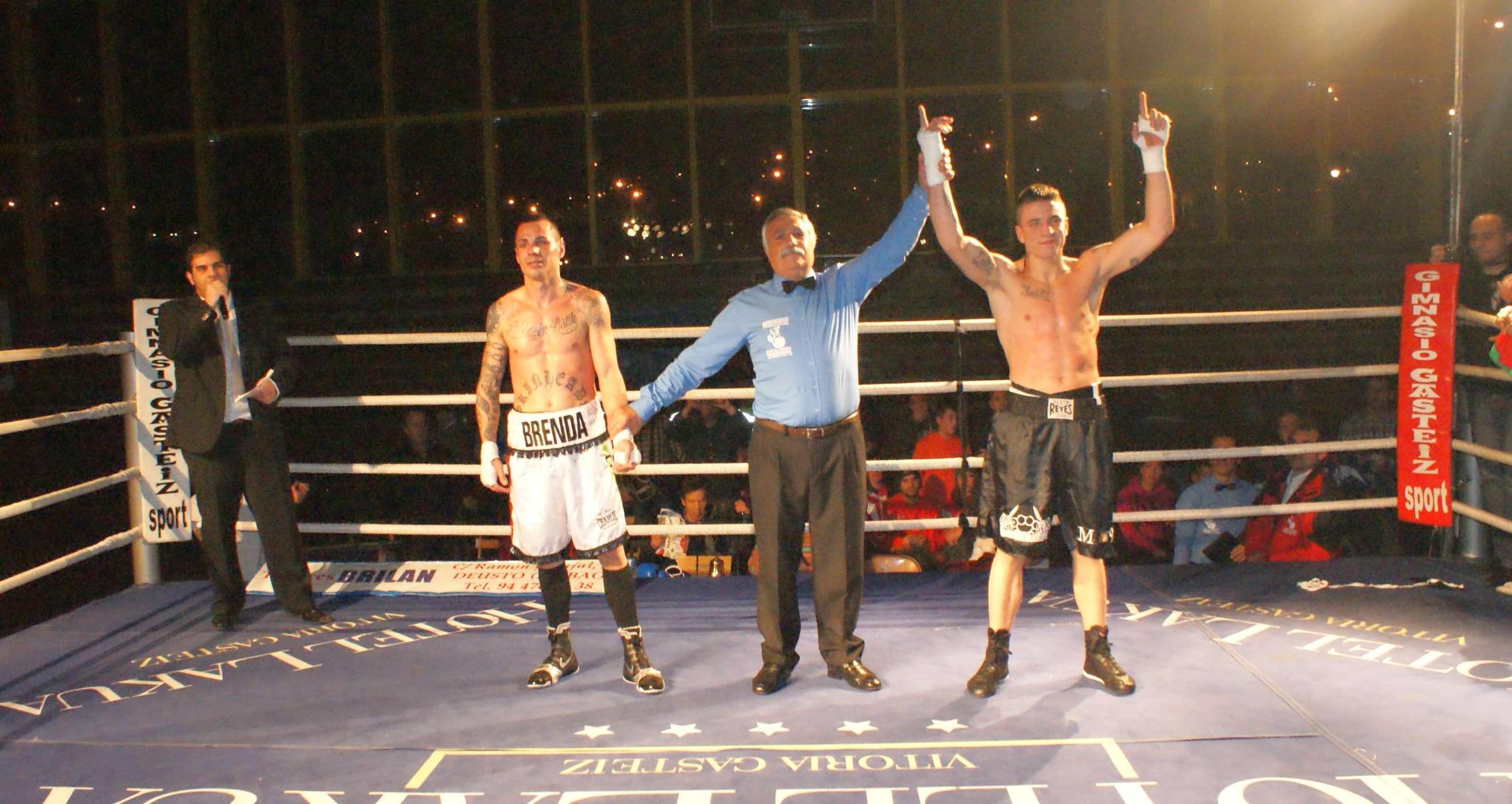 Kerman Lejarraga gana combate de boxeo por KO en el primer asalto en Txurdinaga