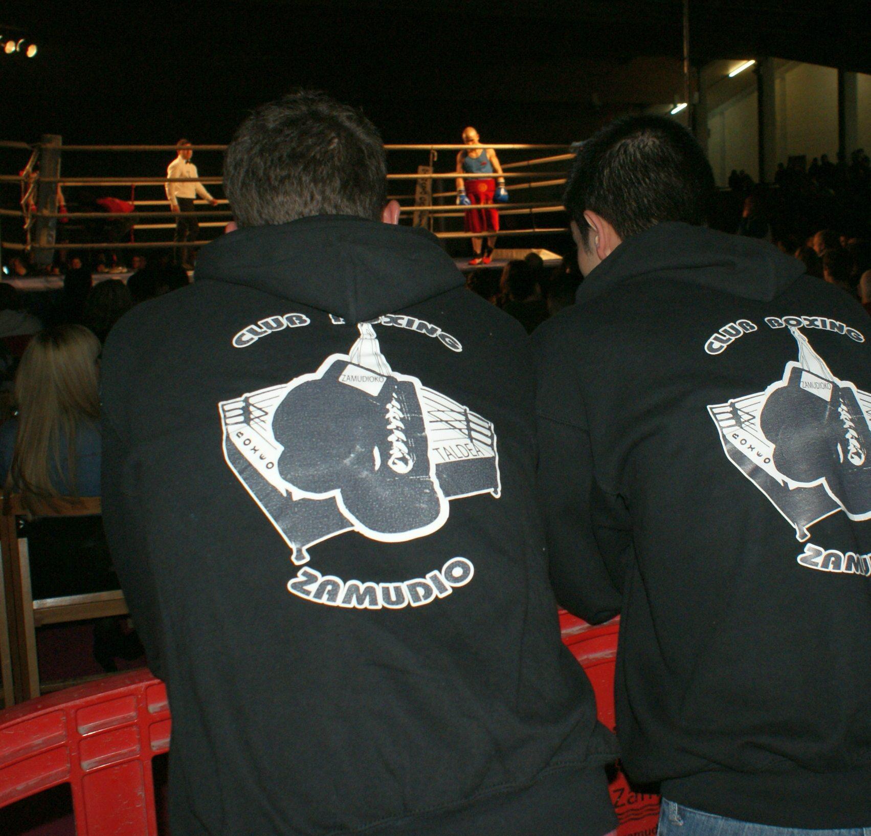 Miembros del Zamudio Boxing Club siguen los combates