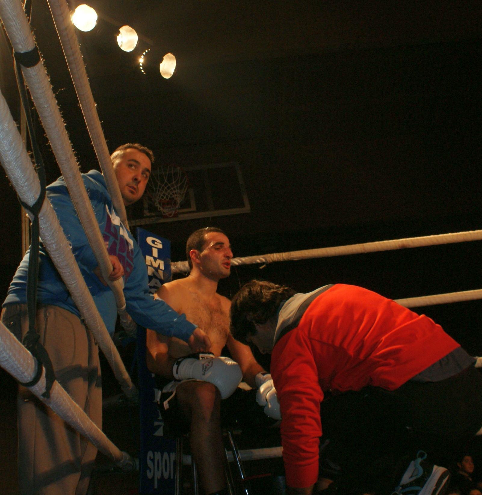El boxeador profesional Nuzgar en su esquina