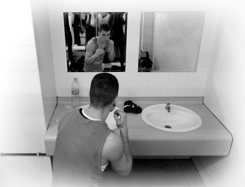 El boxeador Ibon larrinaga hace trabajo de espejo en Getxo