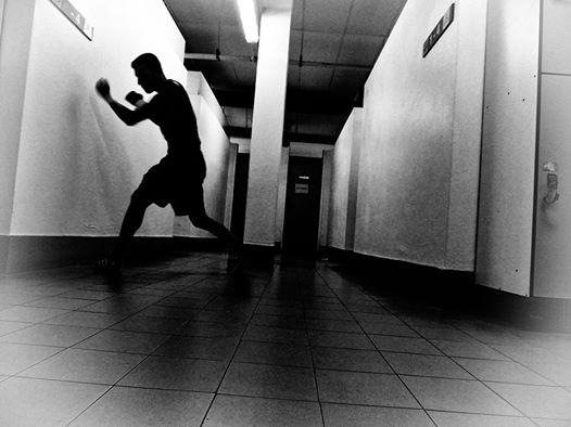 El boxeador Ibon larrinaga calienta en un pasillo del polideportivo de Getxo