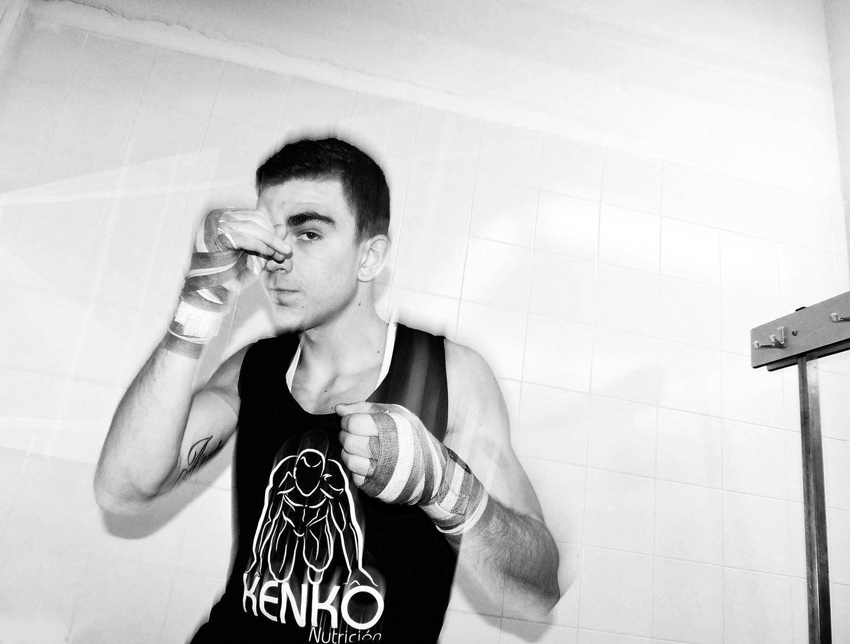 El boxeador Jon Fernández calienta en Getxo
