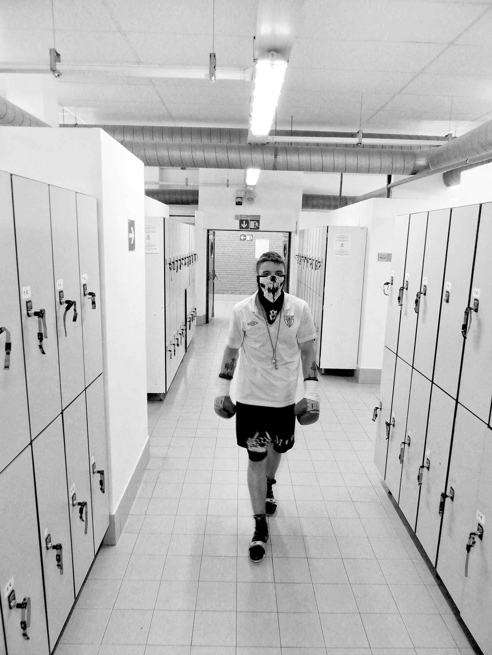El boxeador profesional Kerman Lejarraga a punto de salir a combatir en Getxo