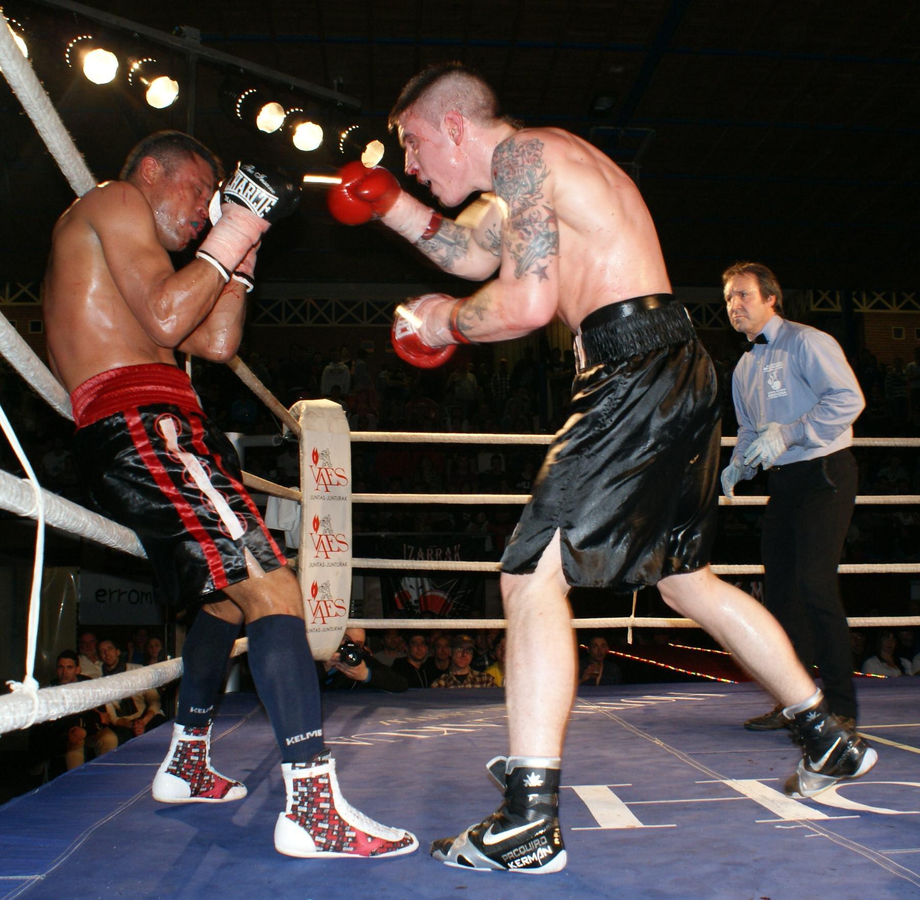 El boxeador profesional Kerman Lejarraga ataca a Santos Medrano en Getxo