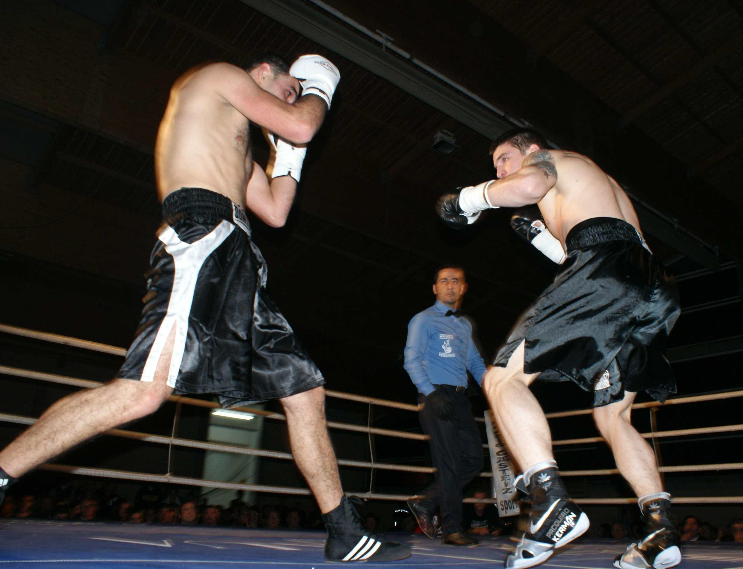 Kerman Lejarraga ataca a Nugzar Margvelashvili en la velada que se celebró el pasado mes de enero en Zamudio. El de Morga ganó por KOT en el segundo asalto.