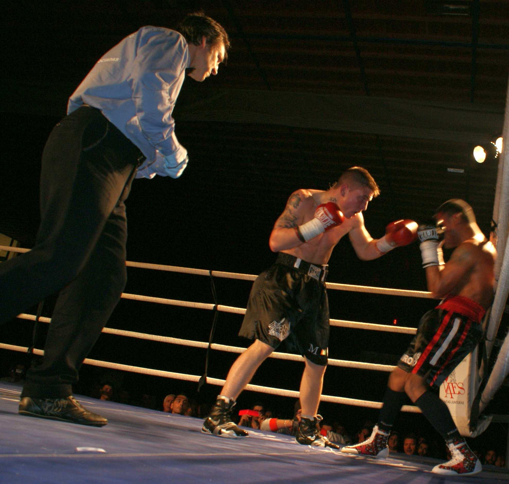 Kerman Lejarraga ataca con la izquierda al duro Santos Medrano durante la velada del sábado en Getxo (Ciudad Europea del Deporte 2014)