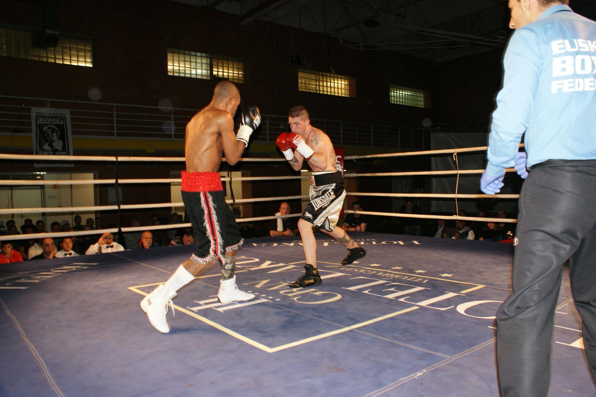 Andoni Alonso y Ubiraci Borges en la pelea de fondo de la velada de boxeo de Vitoria gasteiz