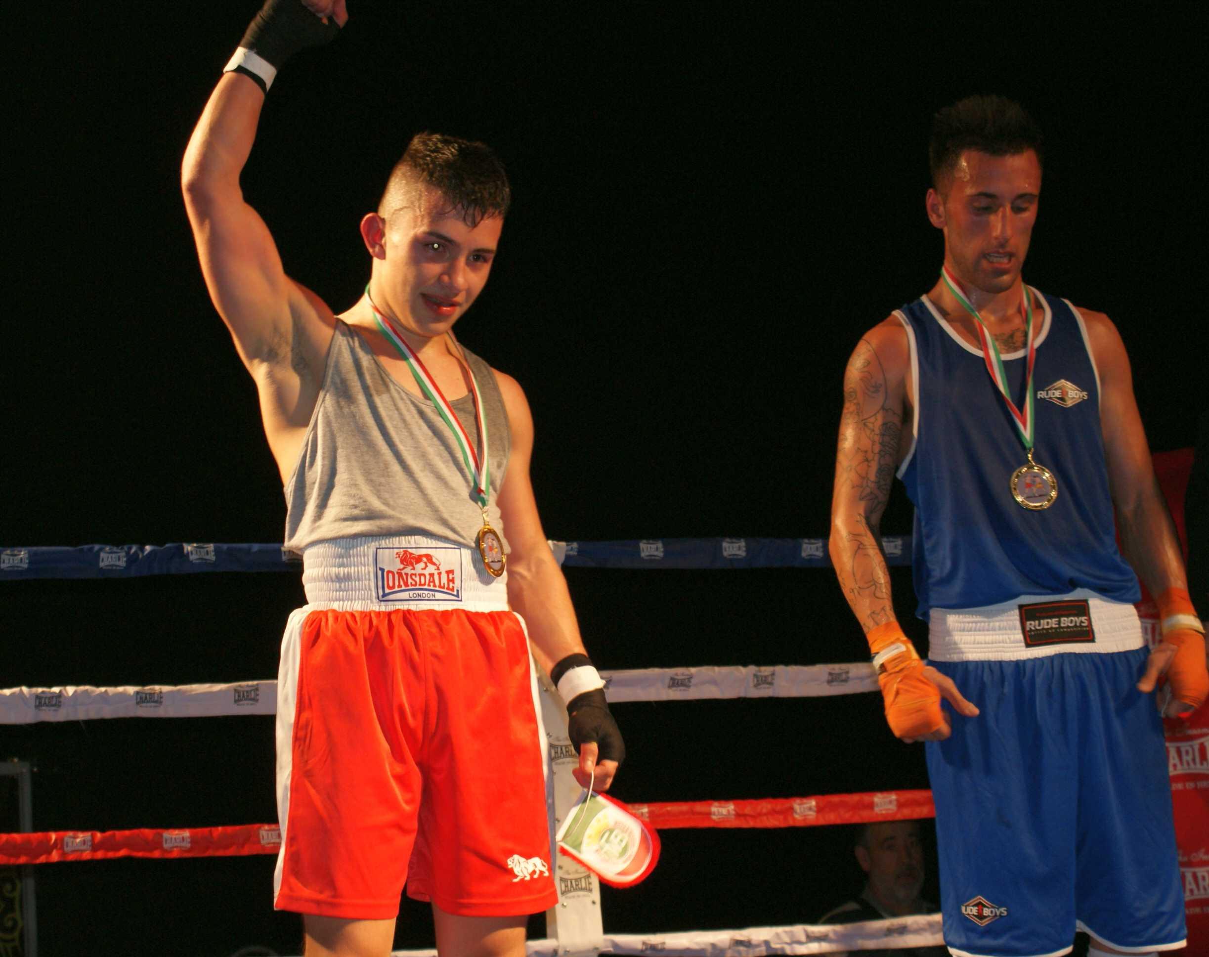 En el peso gallo se produjo una de las sorpresas de la noche: un serio y eficaz Carlos Mario Ospina se impuso al favorito Alvaro Tierno