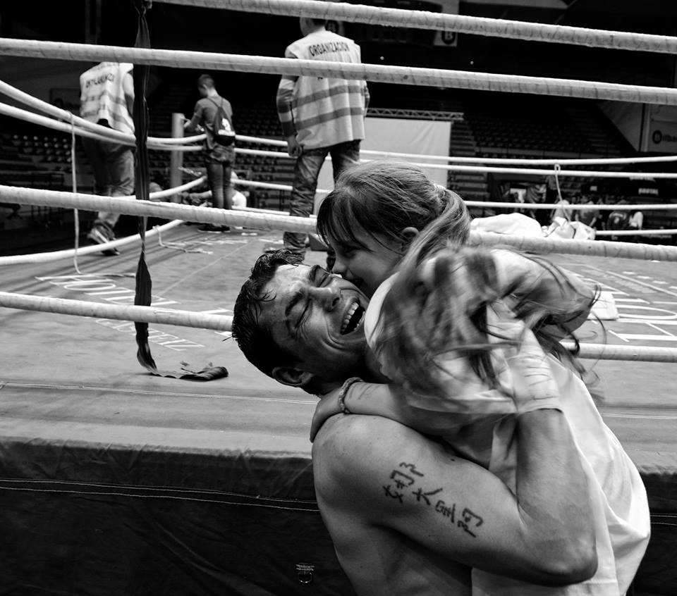 Andoni Gago abraza a su hija tras un combate de boxeo en Bilbao
