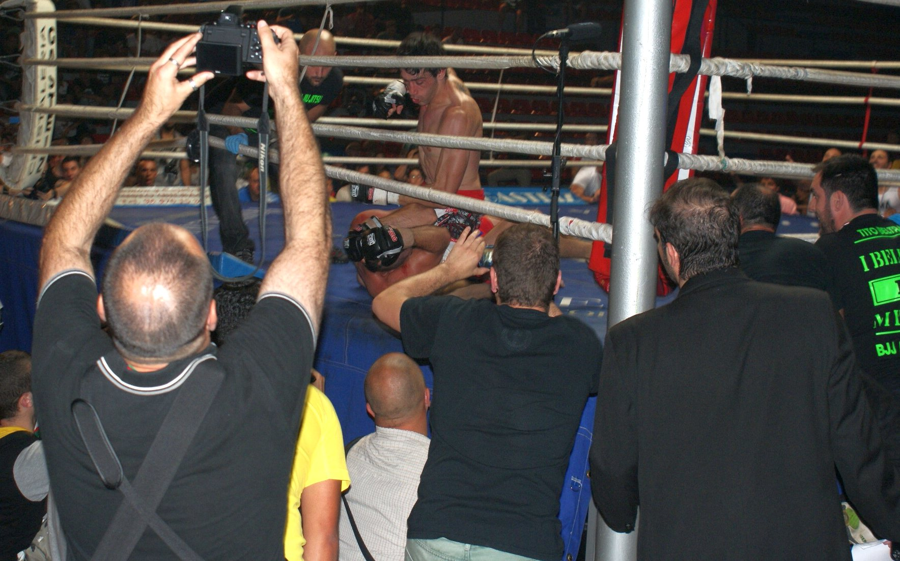 Aratz Garmendia obligó a los preparadores del durísimo David García a arrojar la toalla en MMA.