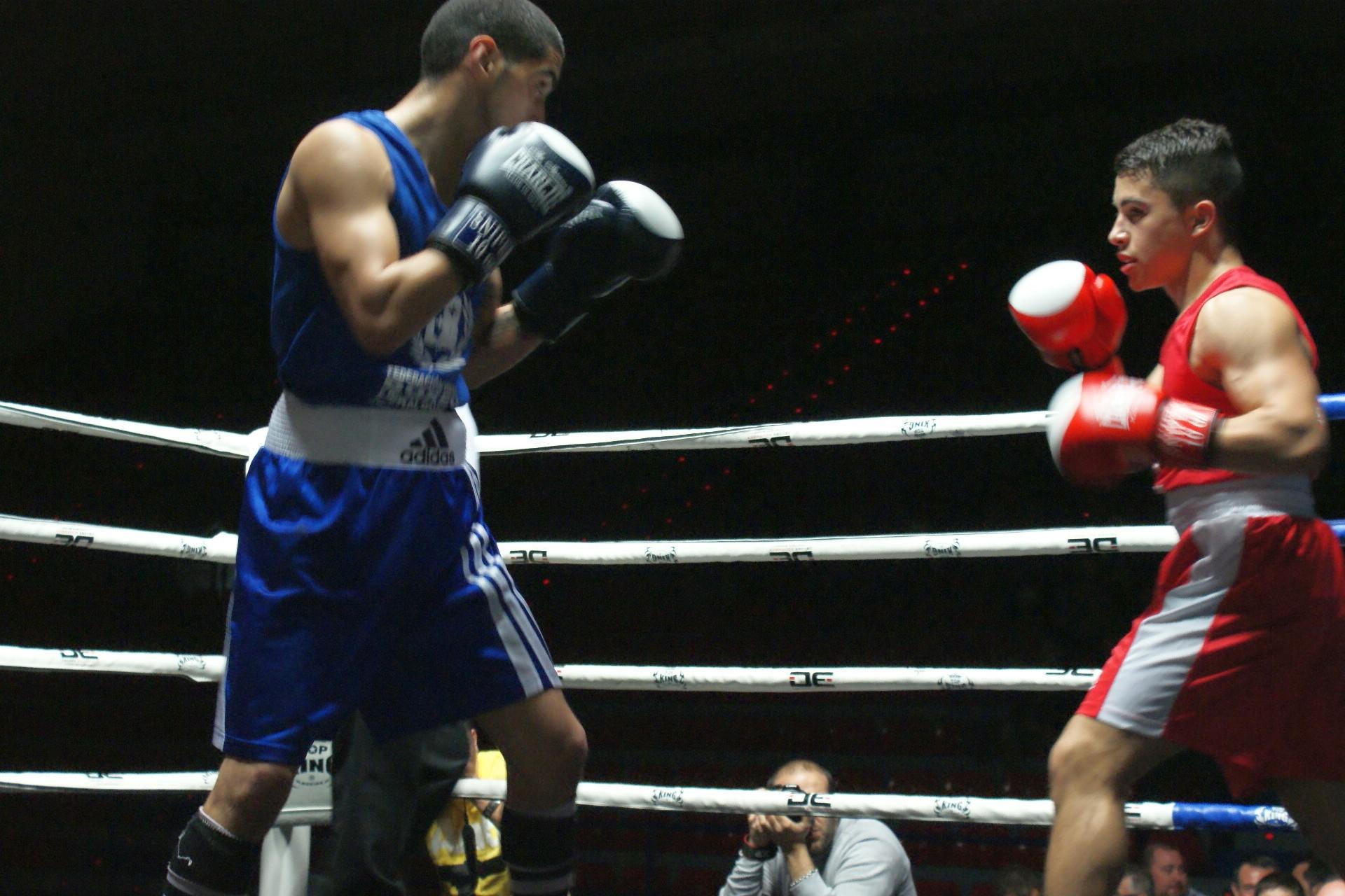 los boxeadores Leo Berreaute y Mario Ospina en el combate de la final de los campeonatos de Euskadi de boxeo 2014