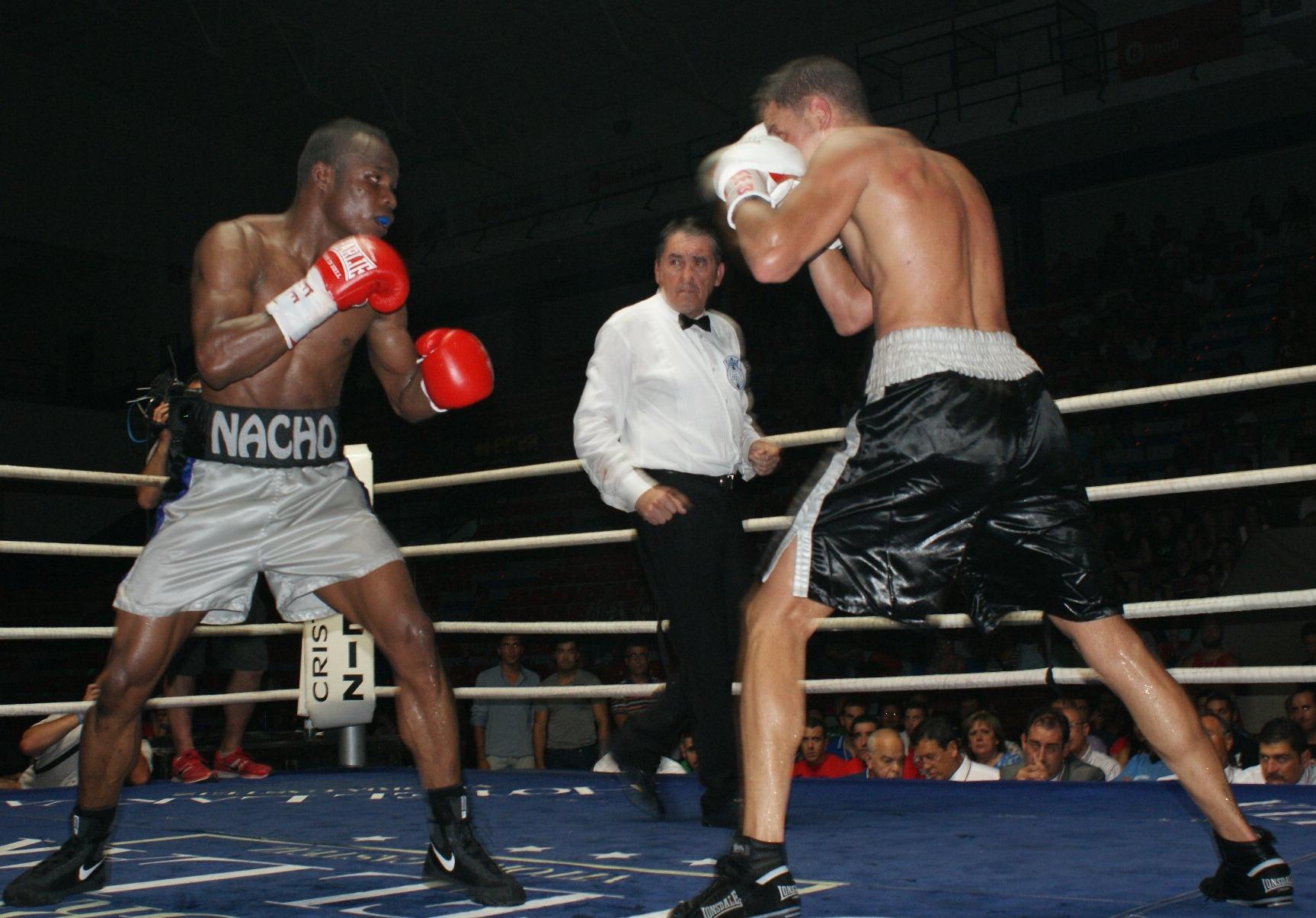 El boxeador residente en Vitoria-Gasteiz forzó cuentas para su rival tinerfeño, Daluz, en los asaltos 4 y 7