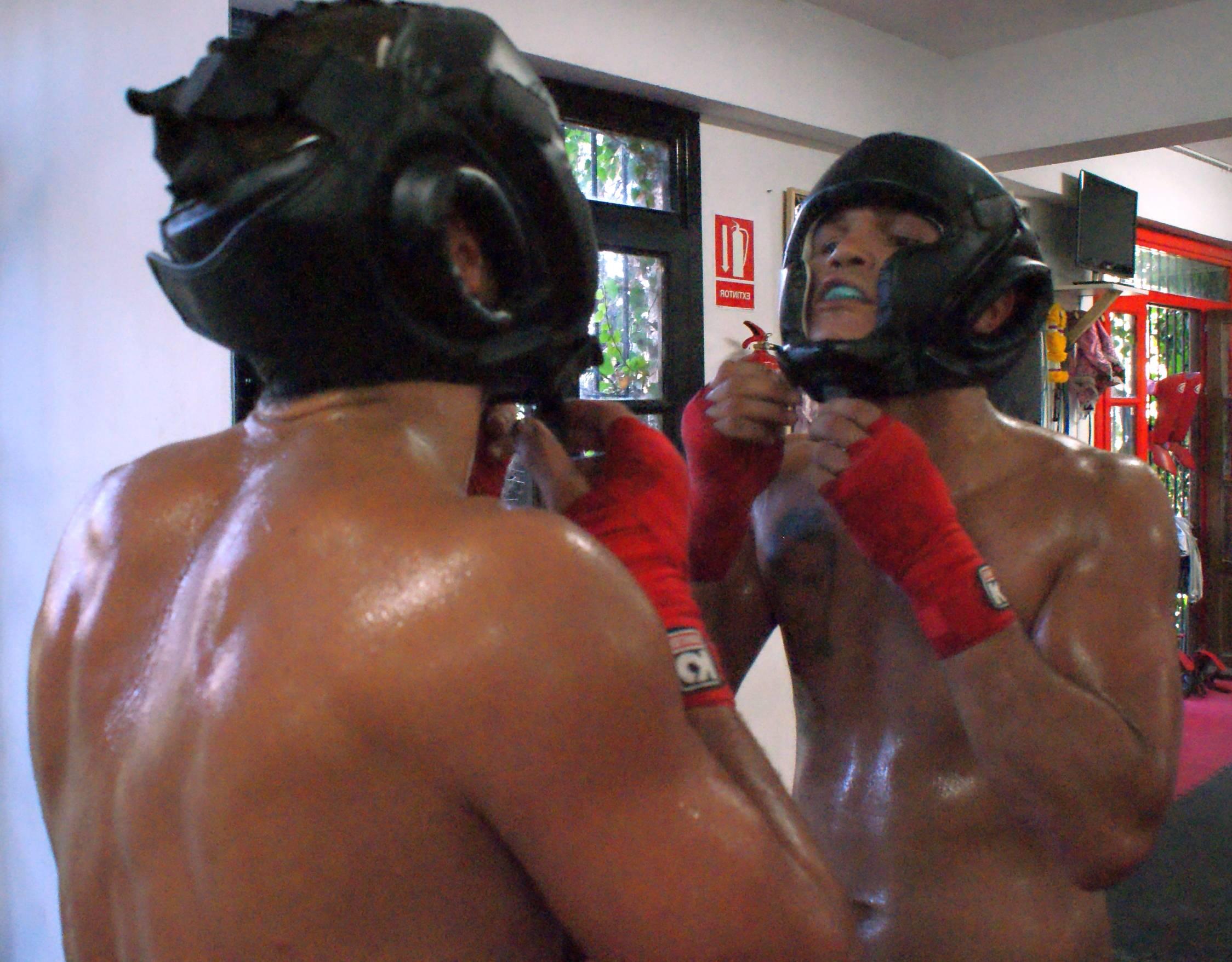 """Una lesión en los ligamentos de los maxilares impidió a """"El Chato"""" boxear en Mijas el 22 de marzo y presentarse en La Casilla semanas después."""