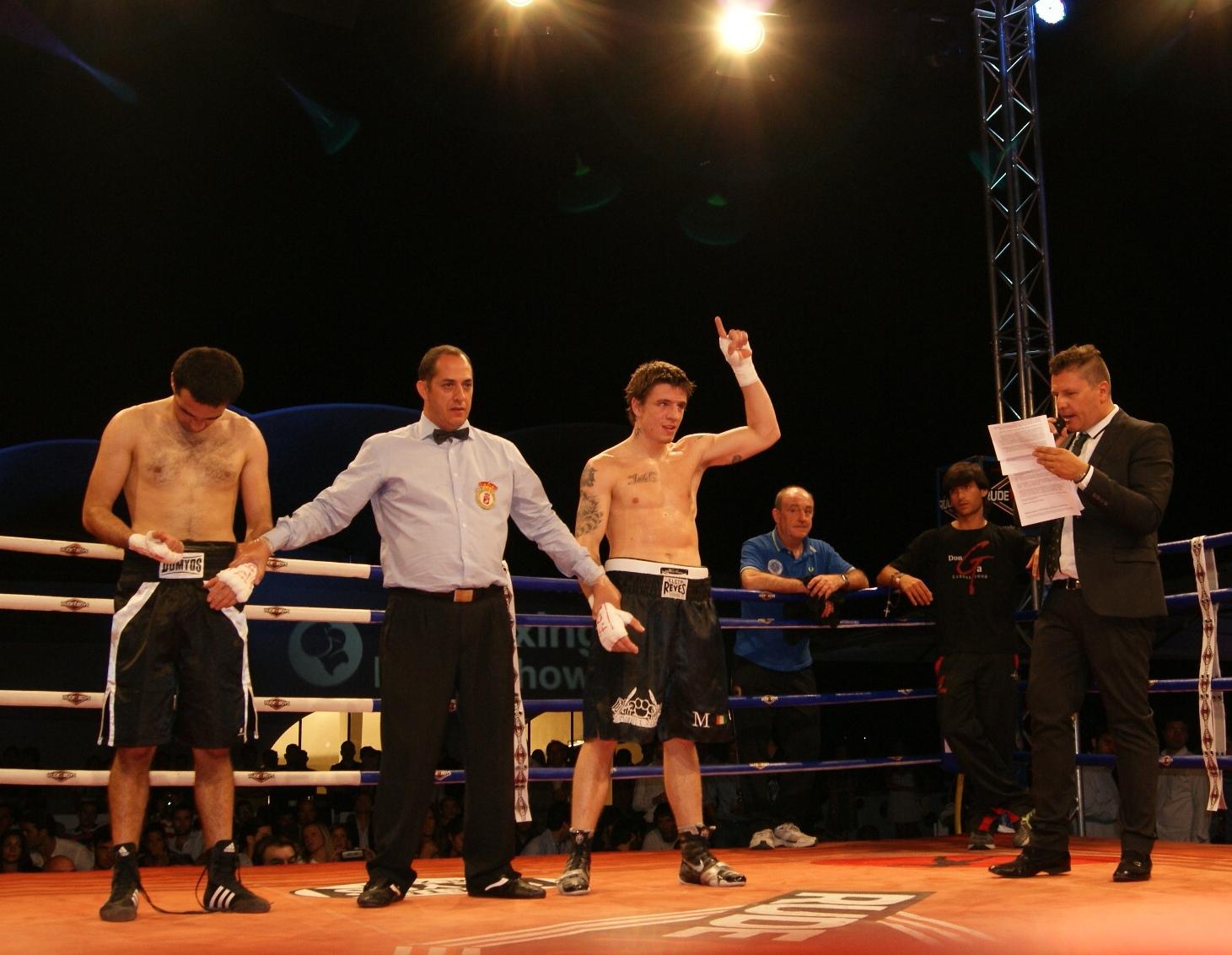 El boxeador profesional vizcaíno, Kerman Lejarraga, escucha el veredicto de su combate ayer 22 de julio en el Hipódromo de la Zarzuela de Madrid. (Foto, EuskoBox).