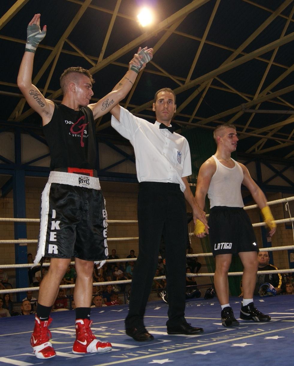 El árbitro levanta el brazo a Jon Fernández tras el combate de boxeo ante Sebas Pérez en Miranda de Ebro.