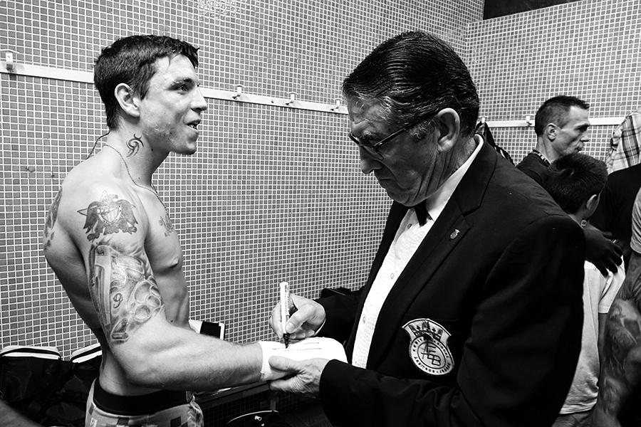 El 90% de lo que sucede en una velada de boxeo ocurre fuera del ring. Tenemos la suerte de que la cámara de Iñaki Mendizabal permite que lo veamos.