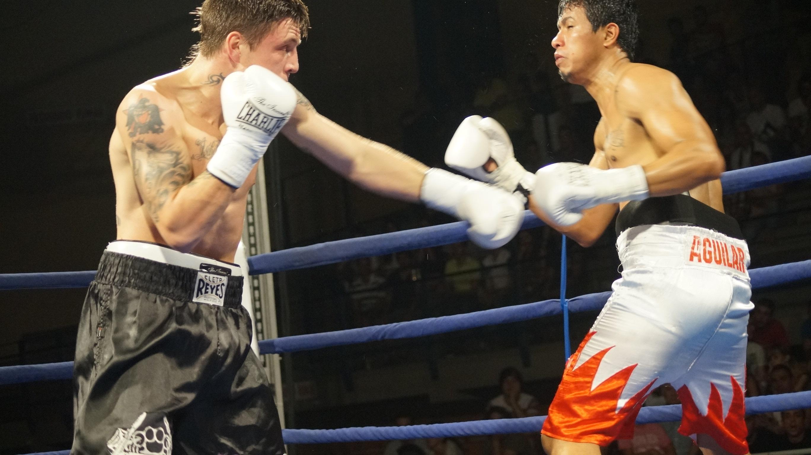 Kerman Lejarraga se impone por KO a Miguel Aguilar en el combate de boxeo profesional celebrado en Maliaño (Cantabria)