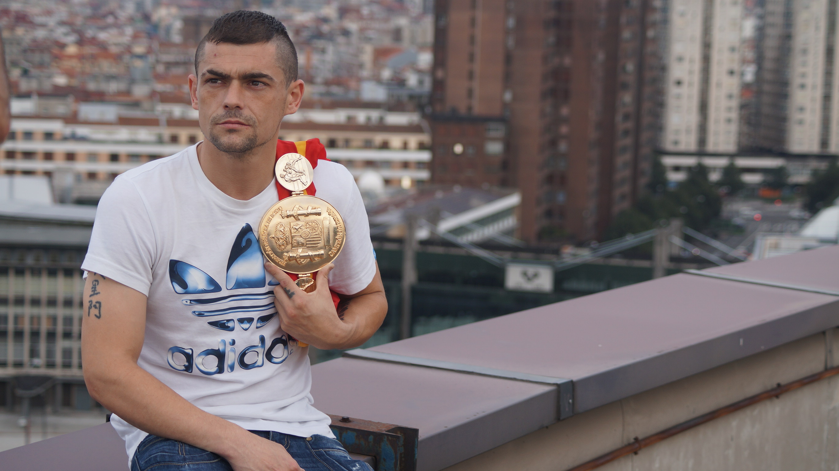 El boxeador profesional bilbaino Andoni Gago posa con su cinturón de campeón de España del peso pluma en Bilbao
