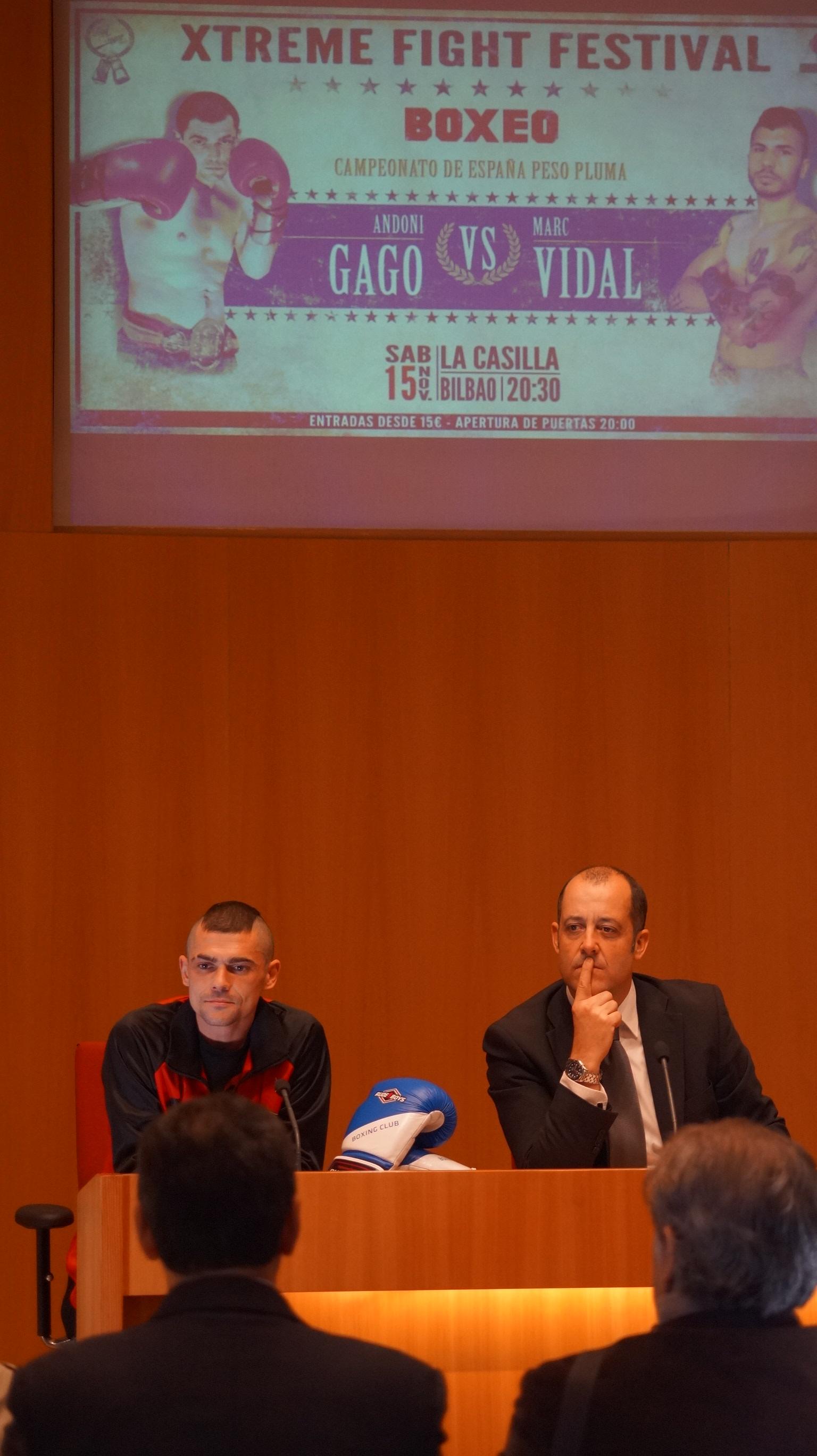 El boxeador profesional Andoni Gago (EuskoBox) y el concejal de deportes del Ayuntamiento de Bilbao, señor Anuzita durante la presentación del campeonato de España del peso pluma de boxeo profesional