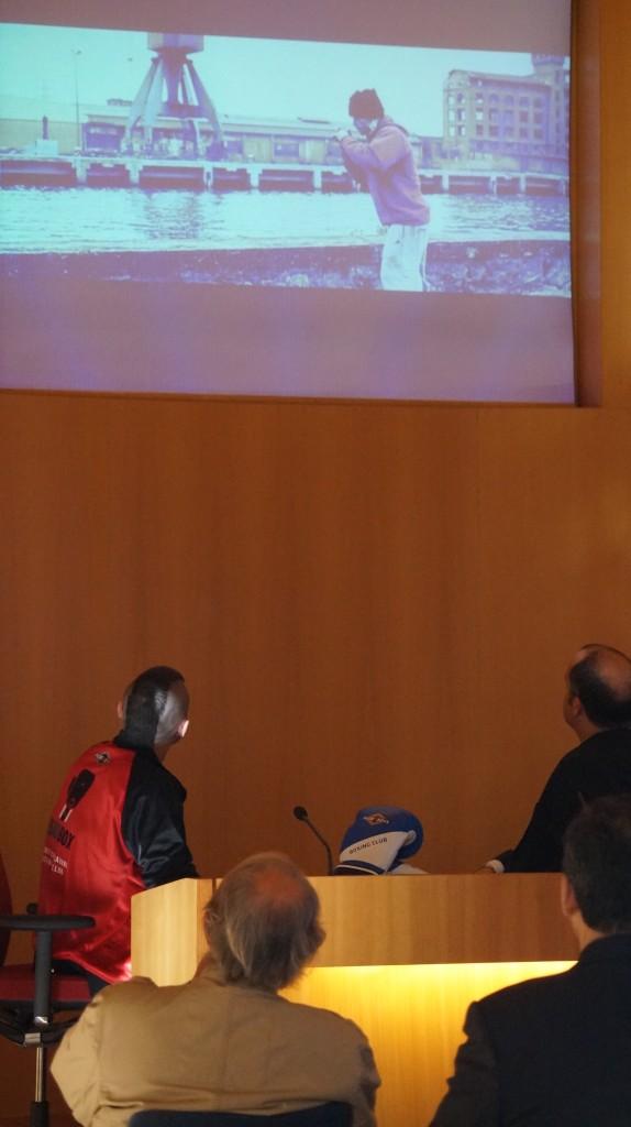El boxeador profesional Andoni Gago y el concejal de deportes del Ayuntamiento de Bilbao, señor Anuzita, ven el vídeo de entrenamiento de Gago