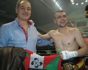 Boxeo profesional: : El exboxeador profesional Andoni Amaña posa con Andoni Gago después de que este retuviera el título del pluma en La Casilla. Amaña fue el último boxeadro con licencia de Bizkaia en hacerlo antes. Hacía 30 años.