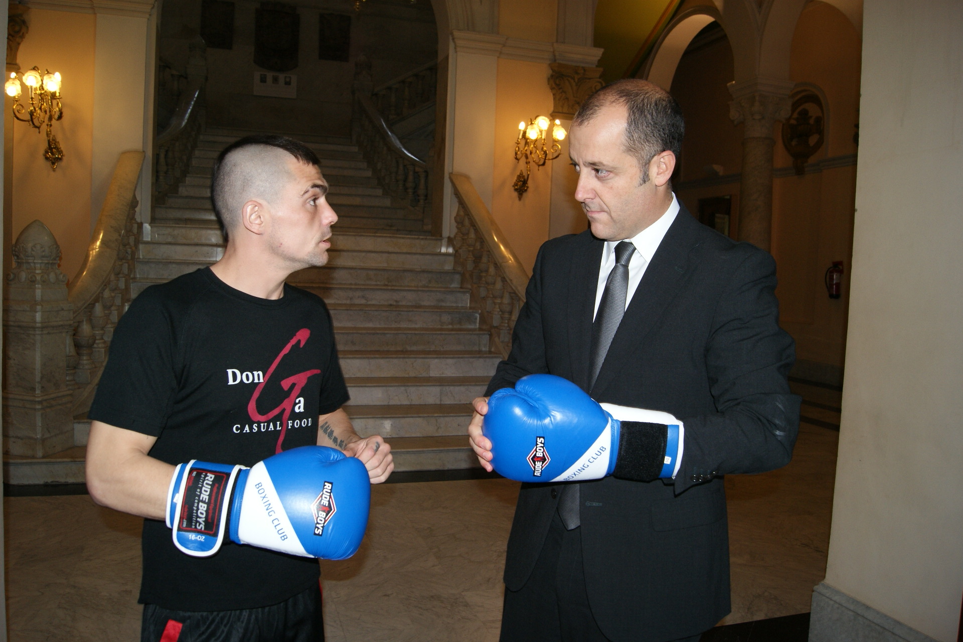 El boxeador profesional Andoni gago prueba unos guantes junto al concejal de deportes del Ayuntamiento de Bilbao, señor Anuzita.
